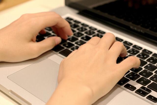 キーボードで文字を入力する人