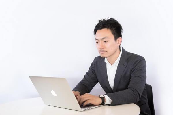 パソコンで仕事中の男性